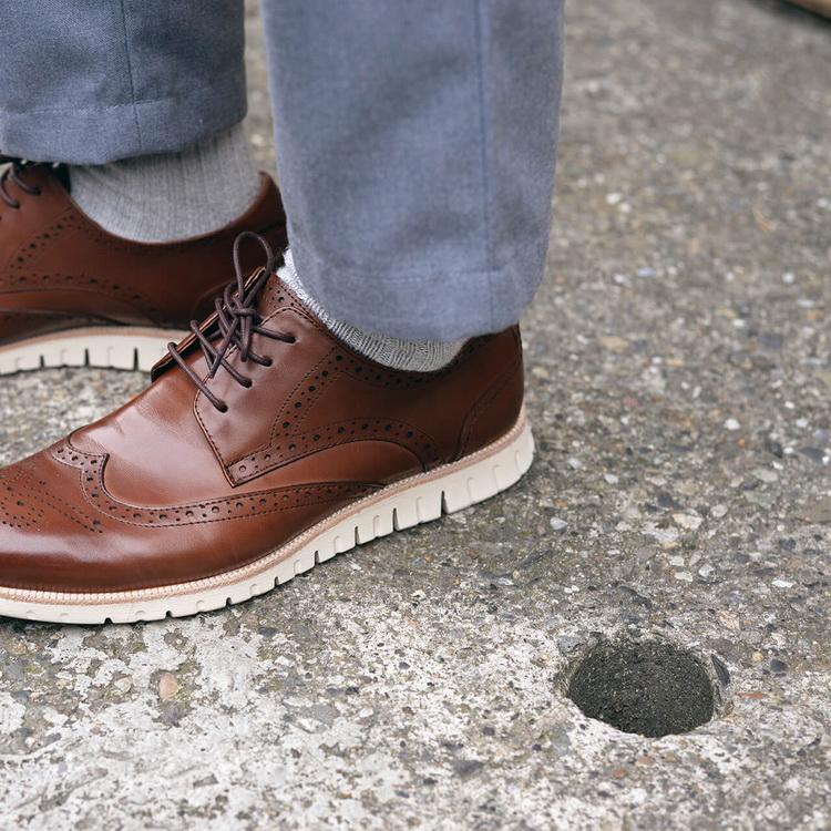 圖片中有一個人或多個人,一雙或多雙皮鞋,紳士鞋,男士皮鞋