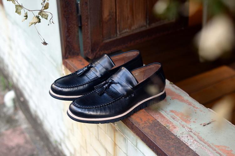 圖片中有一雙或多雙皮鞋,紳士鞋,男士皮鞋